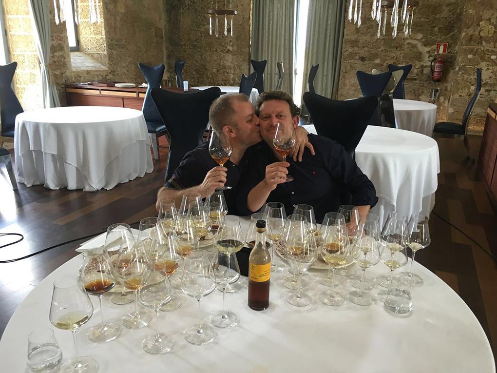 Amigos en una mesa con vinos