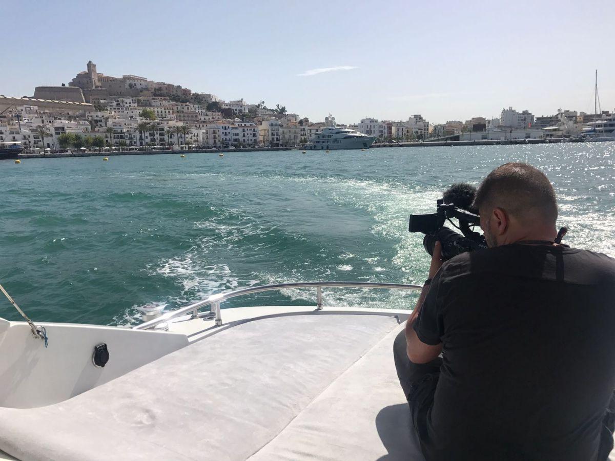 El equipo del programa Streetviú graba Ibiza vista desde el mar. Foto: cedida