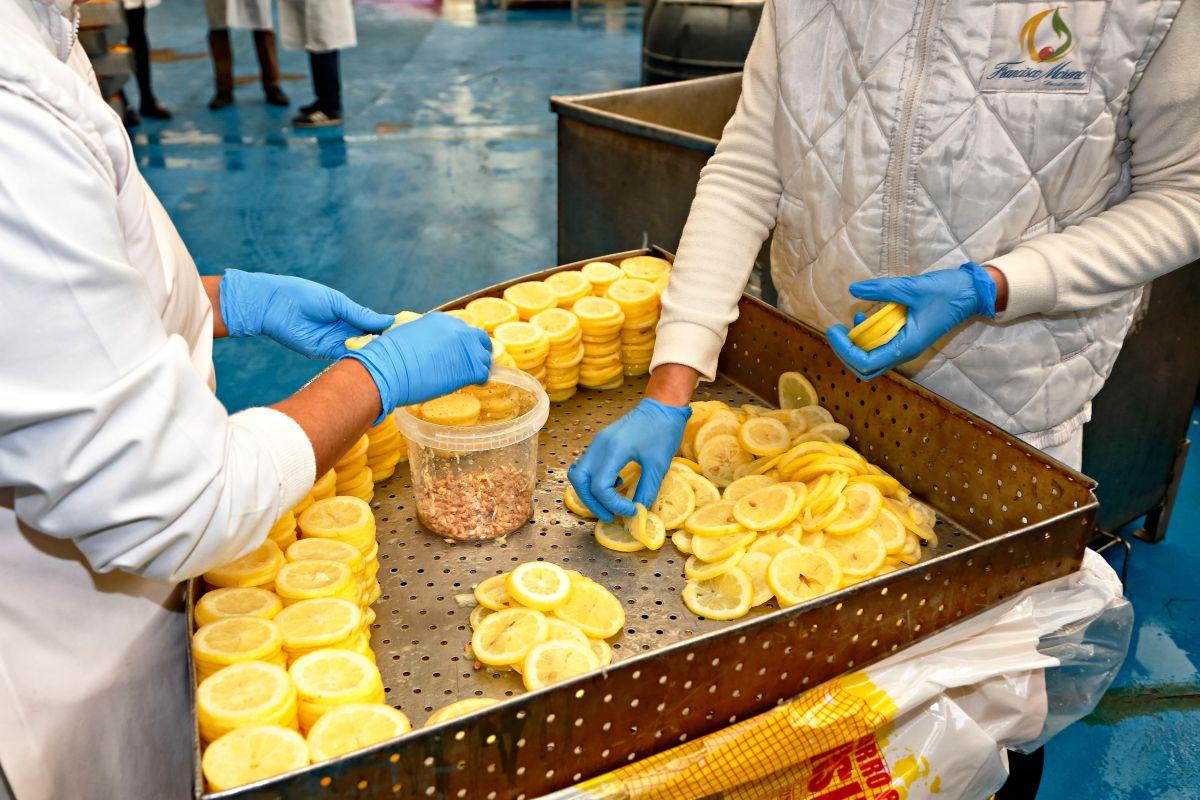 Frutas confitadas 'Francisco Moreno' (Calahorra). Limpieza de los discos de limón. Foto: Roberto Ranero