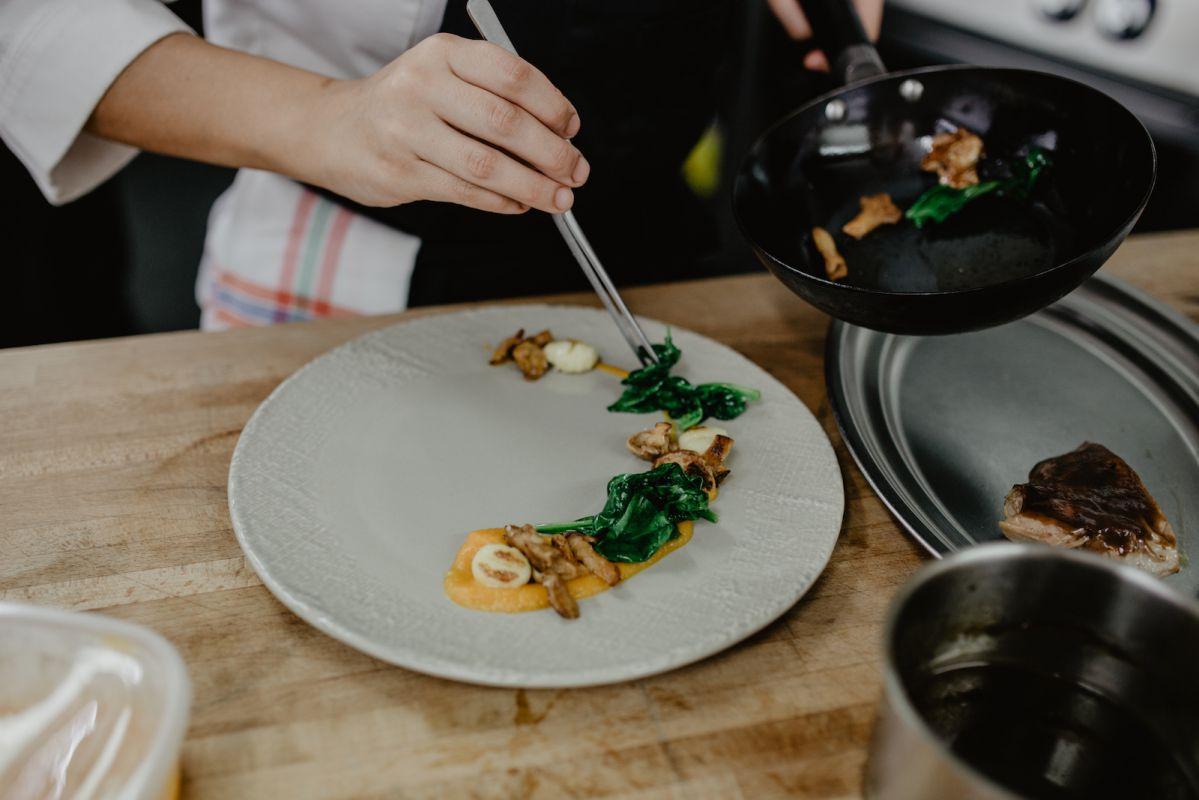 El chef emplatando la paletilla de cordero. Foto: Clara Vilar