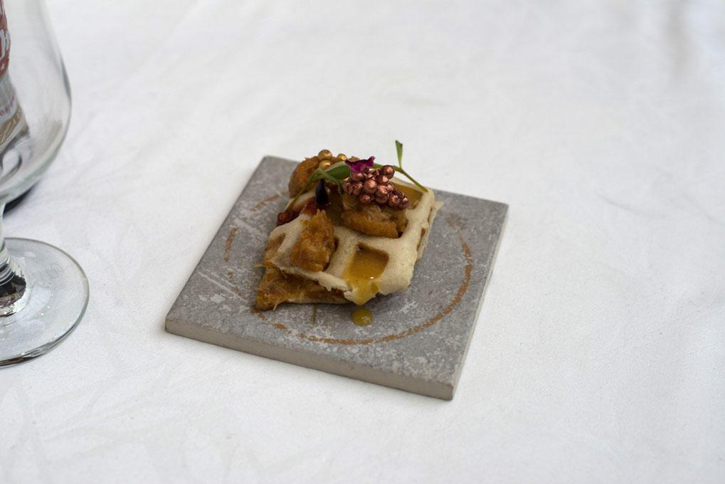Txangurro presentado en un gobre con albahaca y ketchup amarillo. Foto: Alfredo Cáliz