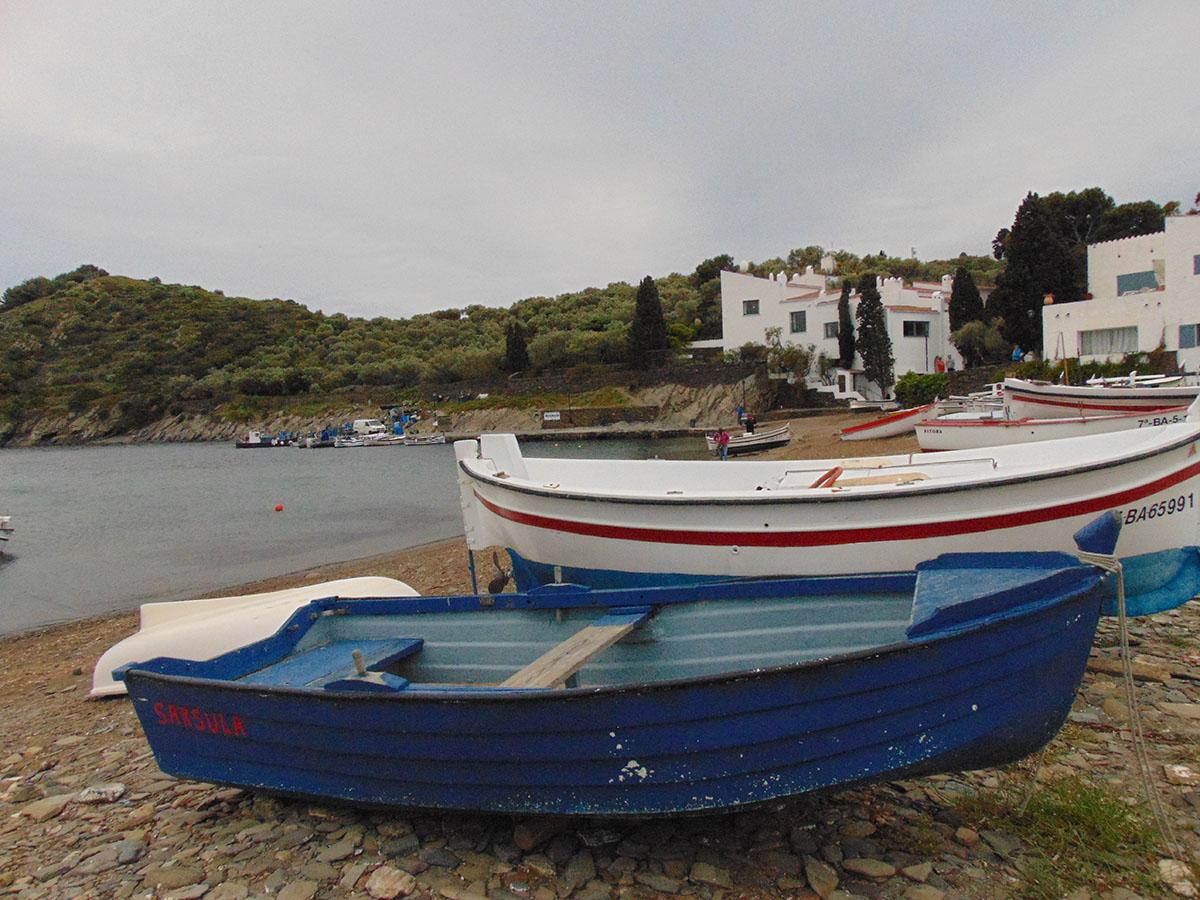 Barcas en las playas de Cadaqués. Foto: Anna Otero