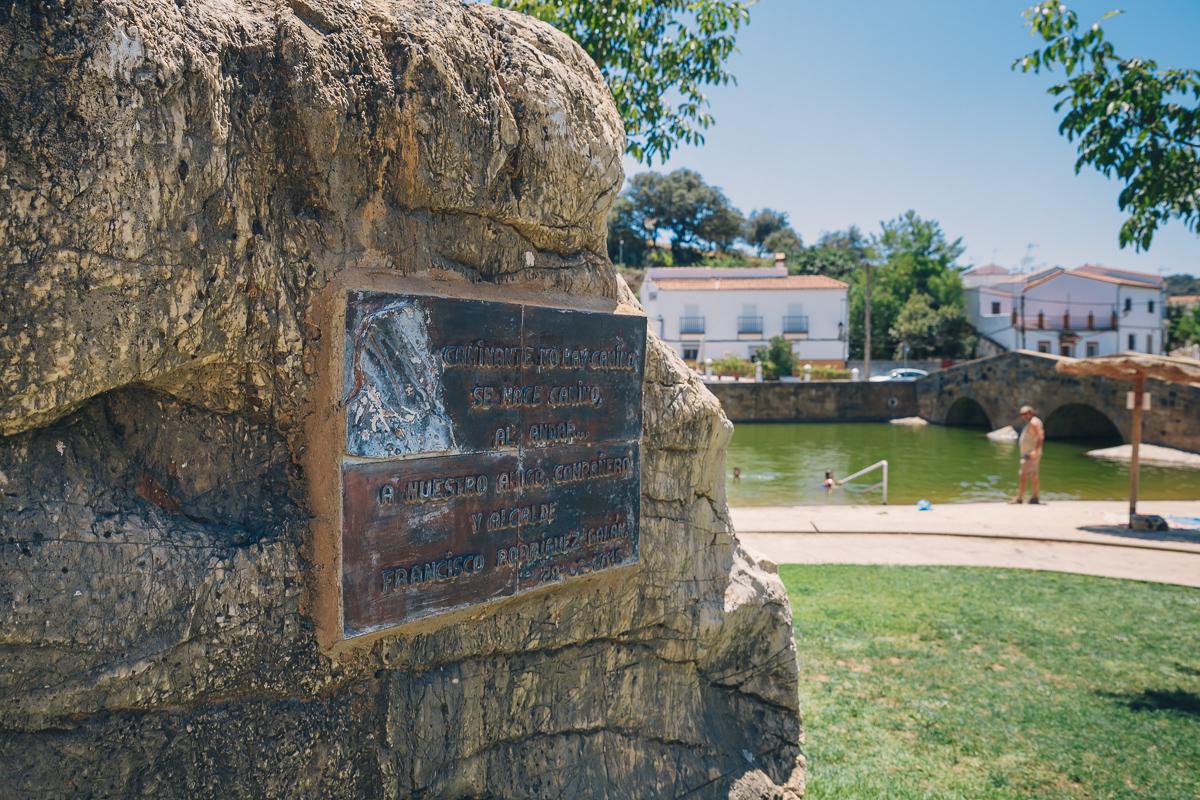 Una placa conmemorativa al alcalde de San Nicolás del Puerto. Foto: Javier Sierra