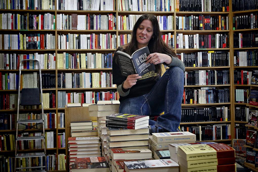 Librerías de Madrid: Librera de Antonio Machado sobre una montaña de libros. Foto: Roberto Ranero