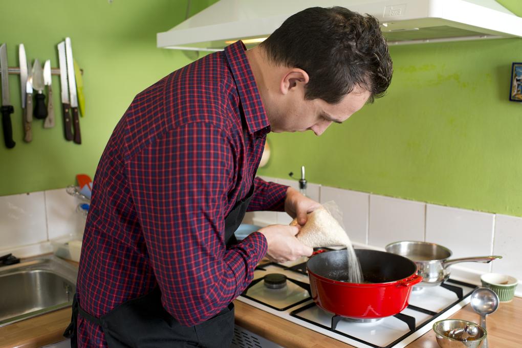Hoy cocinan ellos: Arroz con salmonetes - echando el arroz. Foto: Sofía Moro