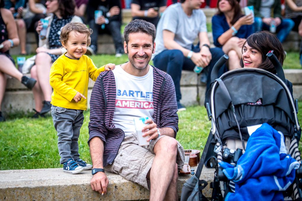 Padres e hijos disfrutan por igual del festival de música.