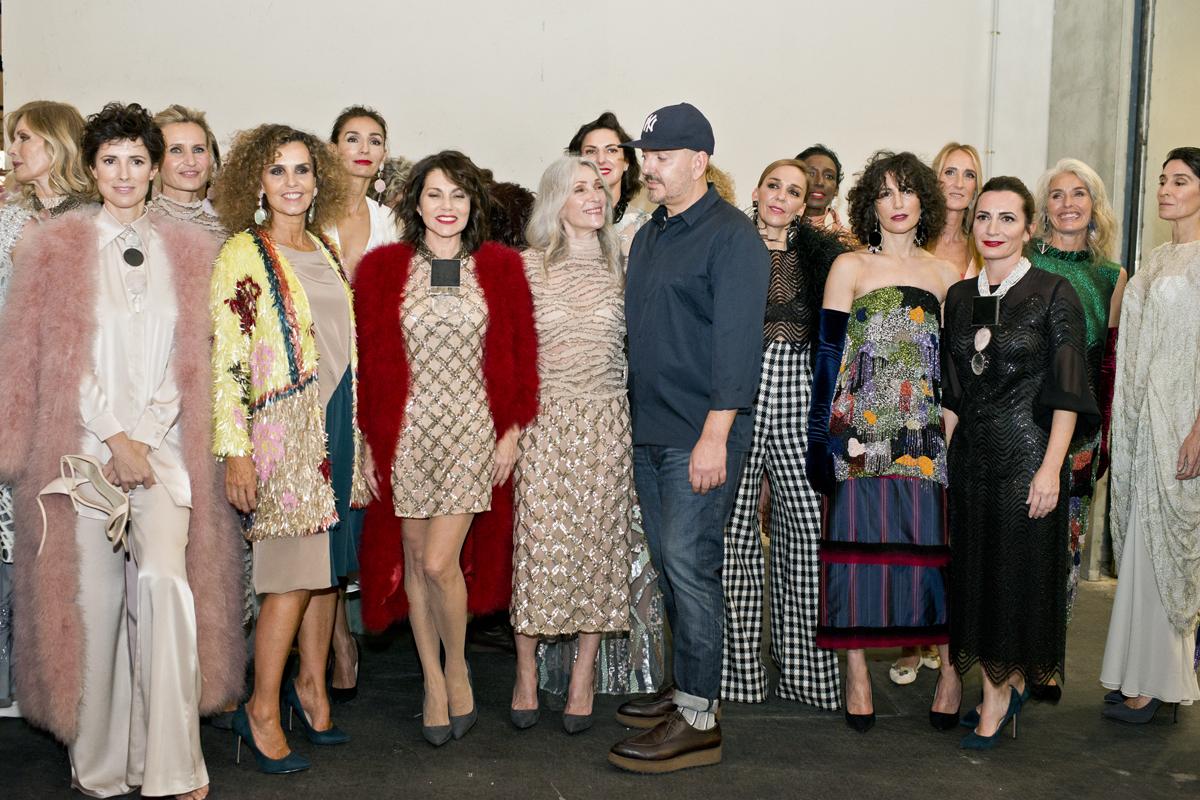 El diseñador posa en el backstage con sus modelos tras el desfile