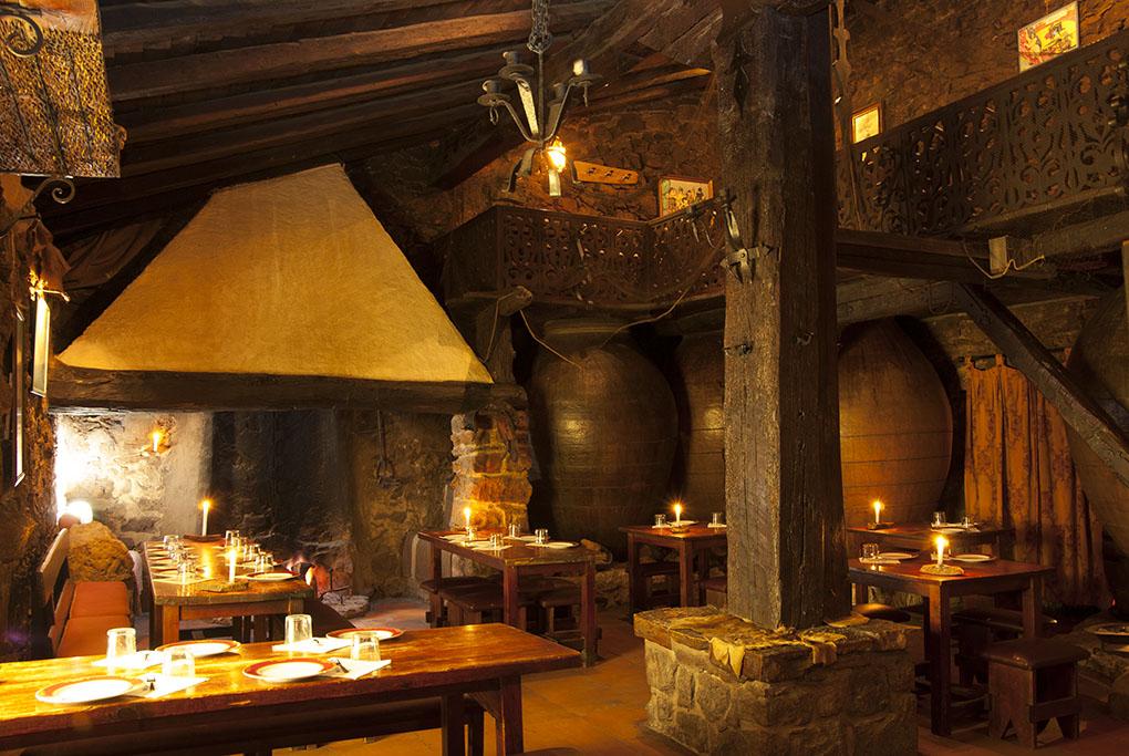 Salón de chimeneas de El Matador, en Cuevas del Molar (Madrid). Foto cedida