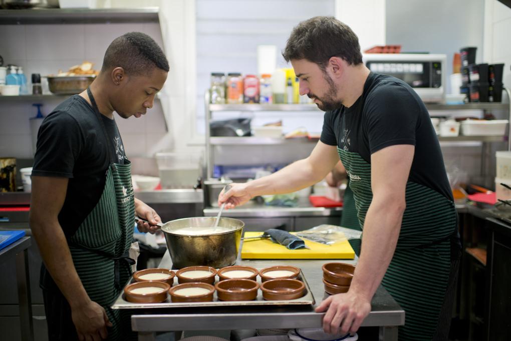 Javi Estévez junto al ayudante de cocina