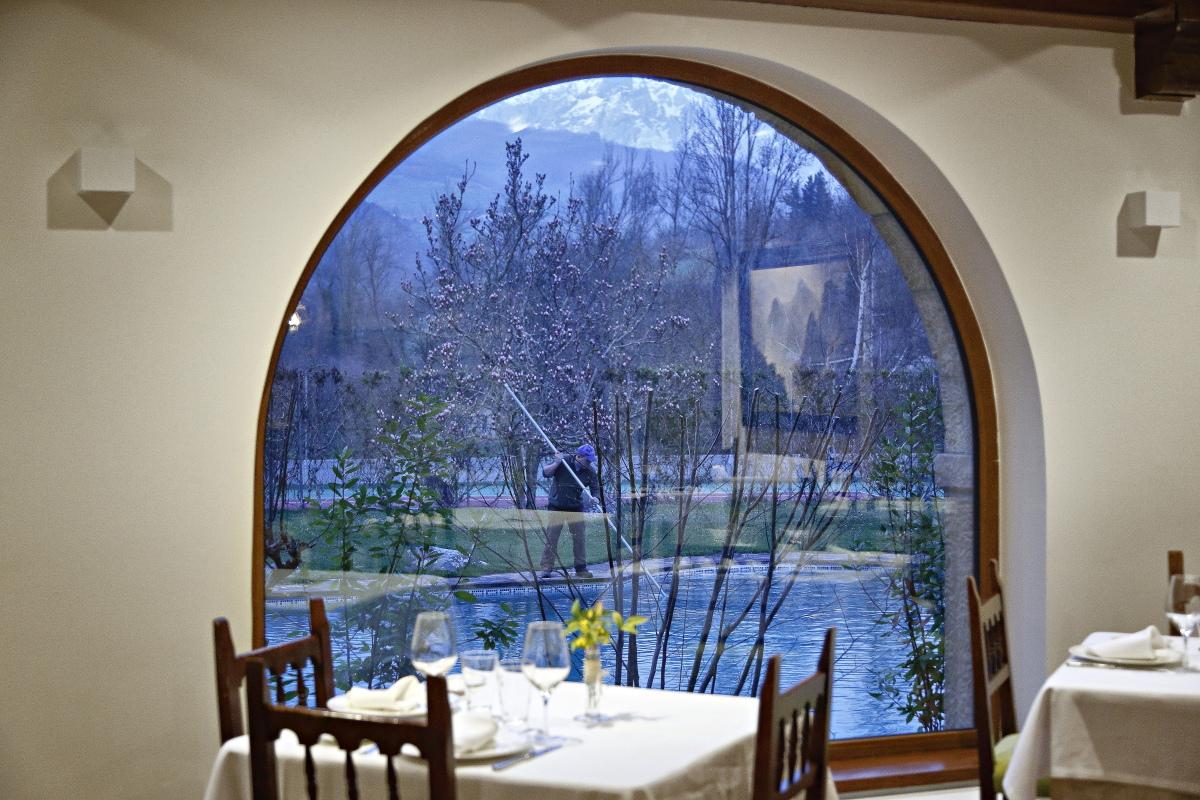 La piscina del Hotel El Oso vista desde un ventanal del comedor