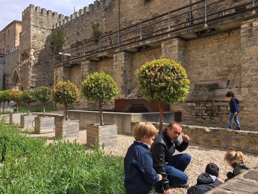 El guía con los niños por la ciudad. Foto: Beatriz Vigil
