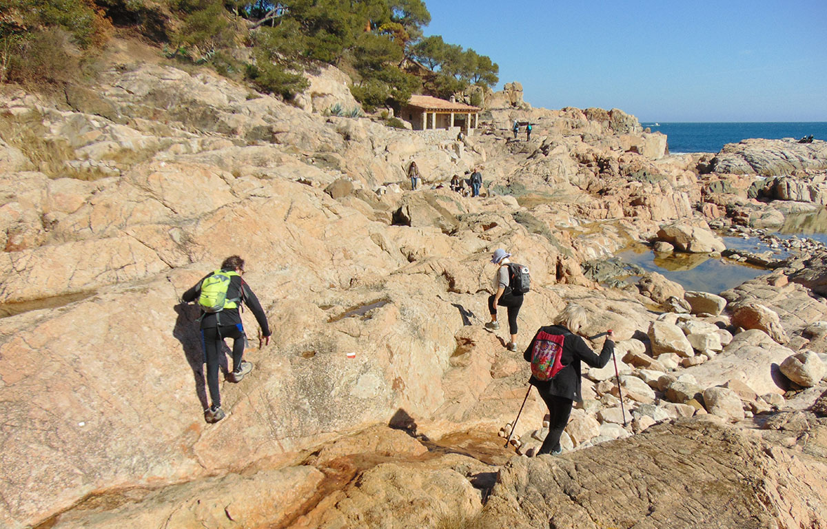 Camino de Ronda (Costa Brava): escalada por un tramo de Calella. Foto: Anna Otero