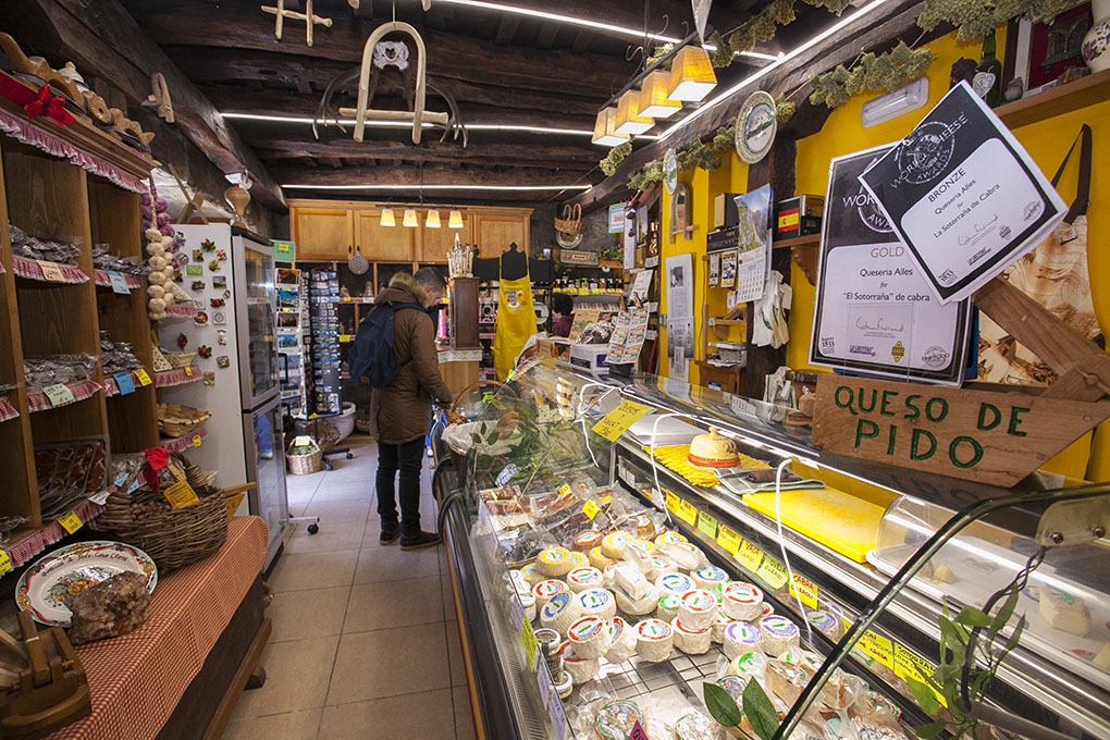 Quesucos de Liébana. Quesería Peña Remoña - tienda. Foto: José García