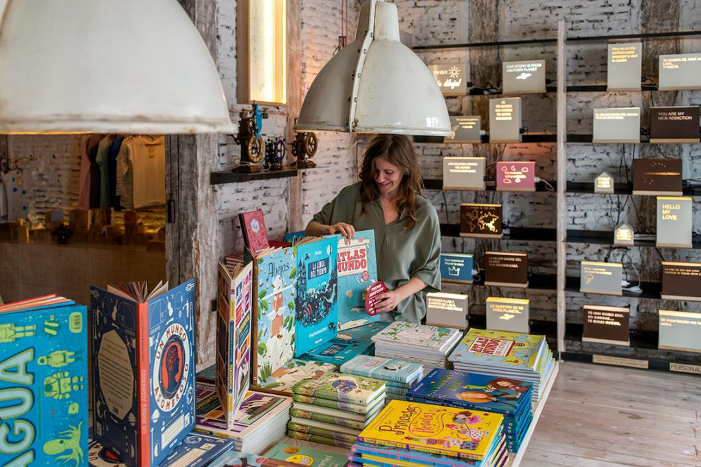 Los libros y las lámparas con mensajes son dos de los productos estrella de esta peculiar tienda de Chueca.