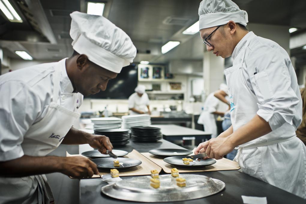 dos cocineros emplatando el milhojas de foie y anguila