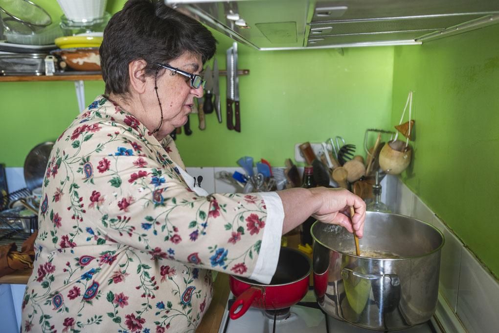 Rosa Tovar preparando el potaje. Foto: David de Luis