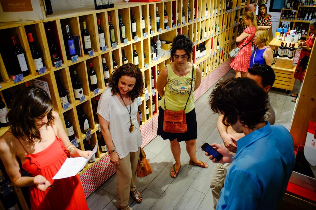 Un grupo de gente rodeada de vinos