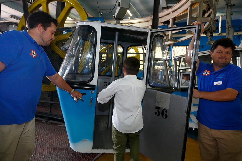 El niño sube a la cabina del Teleférico