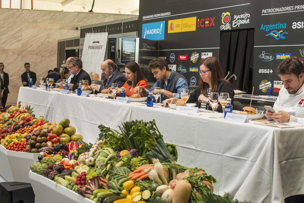 Concurso de hamburguesas en Madrid Fusion 2017 (jurado catando musseline de merluza y buey de mar). Foto: Alfredo Cáliz