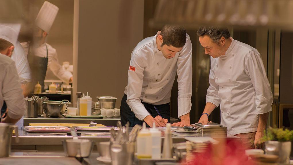 Sergio junto a uno de los cocineros