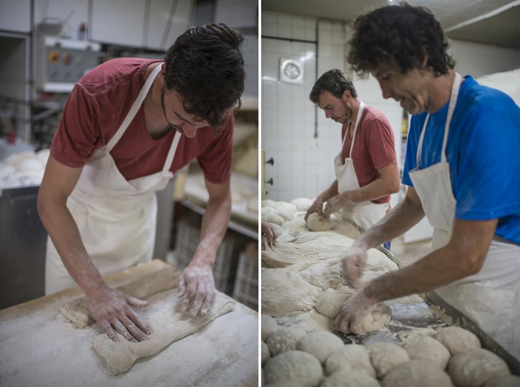 Dos panaderos amasando y dando forma a las barras de chapata