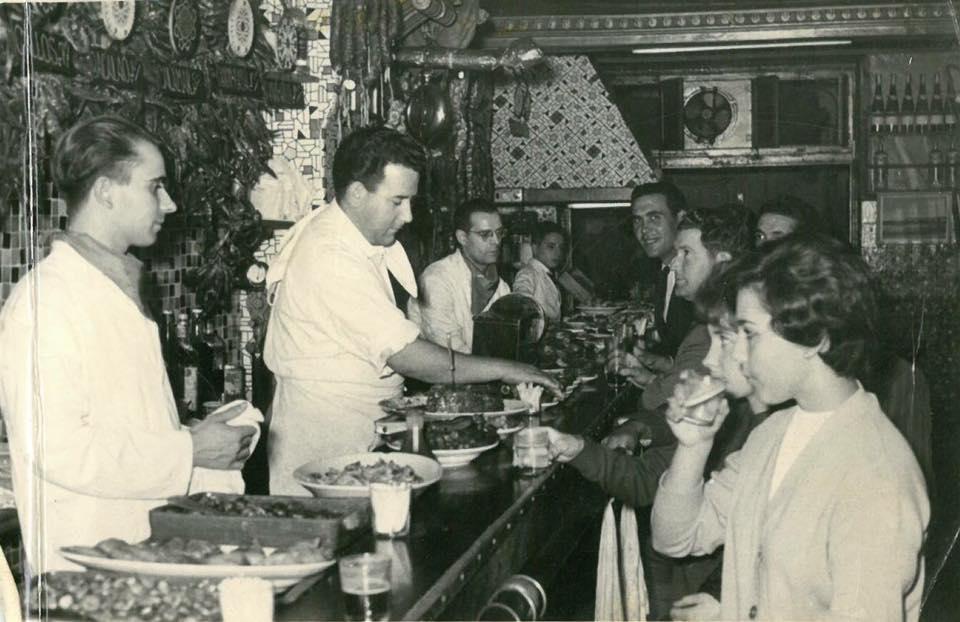 Clientes en Bodegas Almau en la década de los sesenta del siglo XX.
