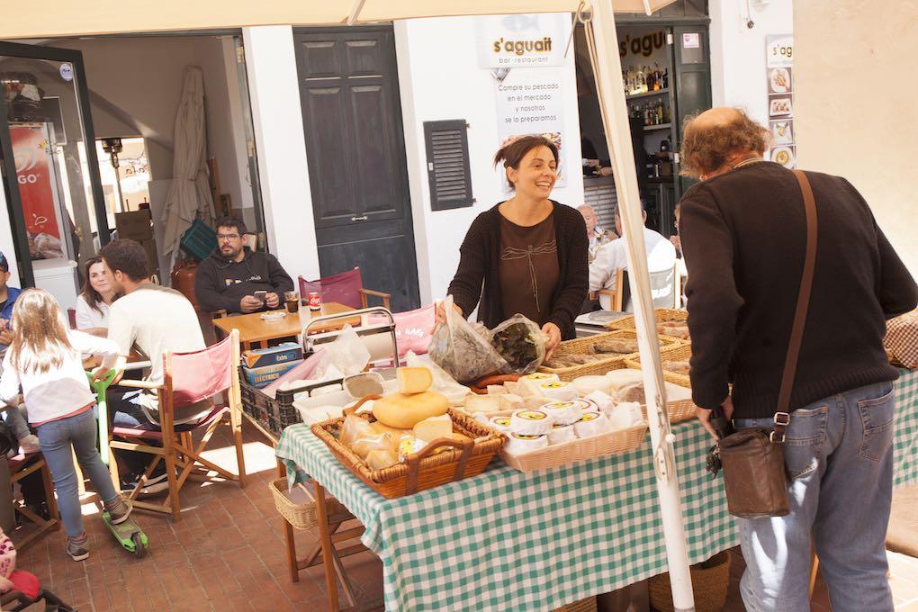 Puesto de quesos de Antonia Taltavull en Mercat Agrari. Foto: Antonio Xoubanova.