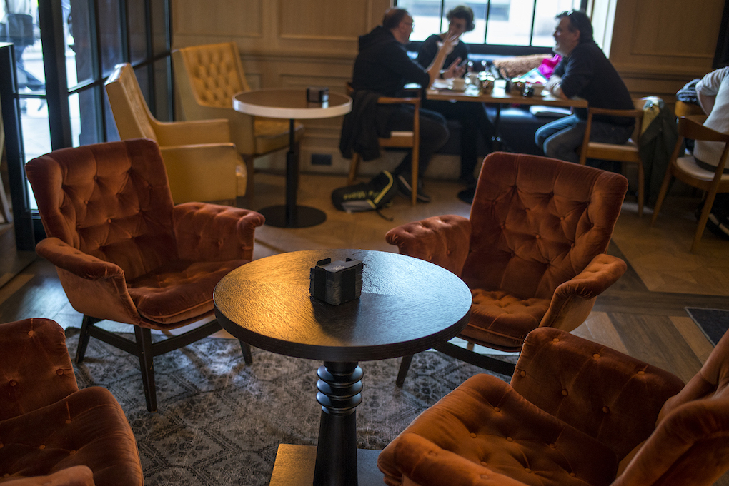 cafeteria con entrada desde la calle de sillones rojos