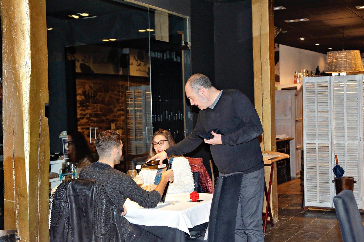 Restaurante El Clarete (Vitoria). Patxi Fernández de Retana, sumiller, en el salón. Foto: Roberto Ranero