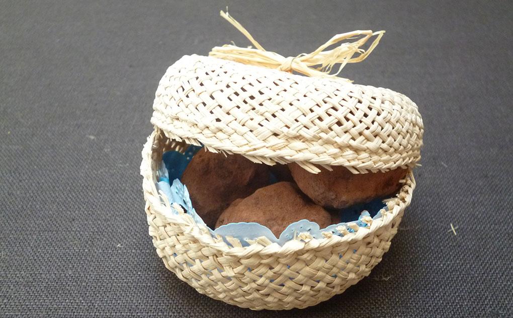 Cestillo para presentar trufas de chocolate. Foto: Rosa Tovar