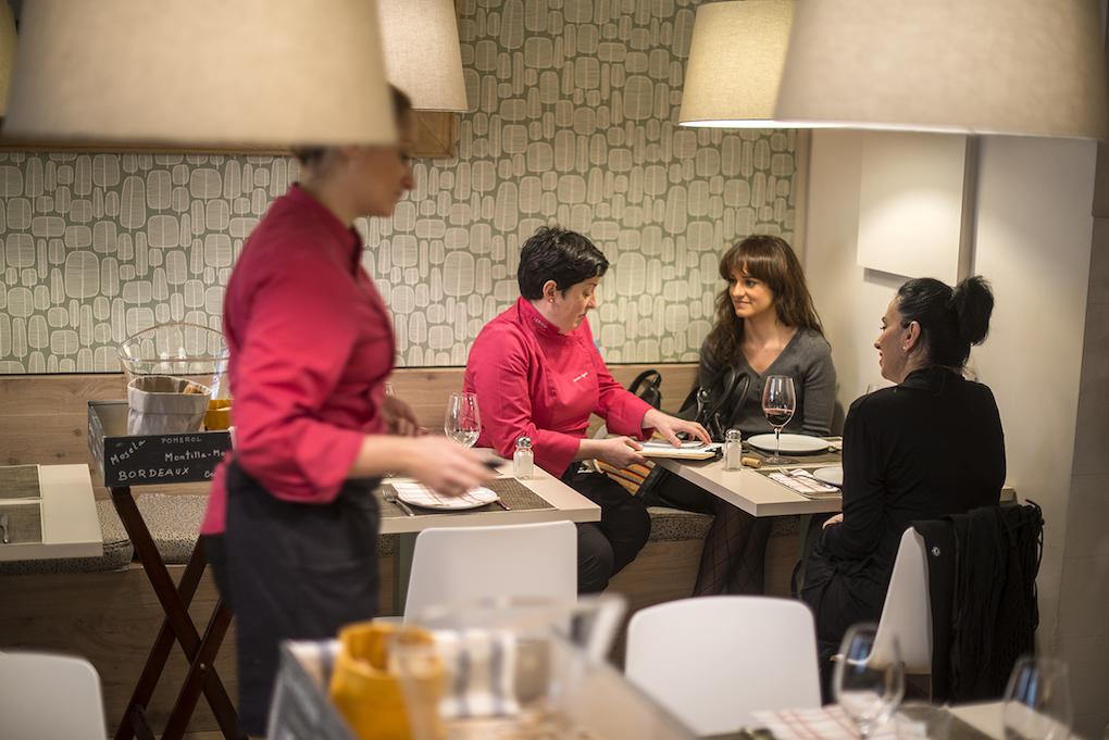 Marian explica los platos del día a unas clientas