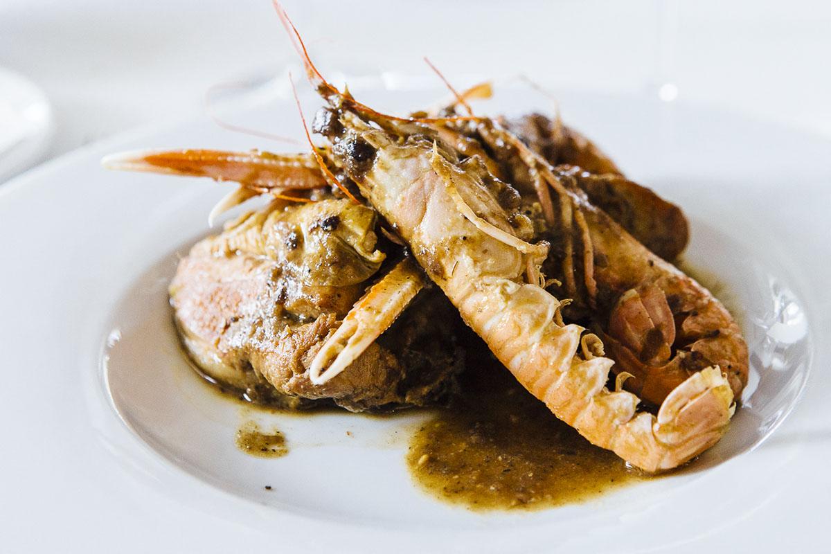 Restaurante Sa Cova (Baix Empordà). Pollo de corral con cigalas. Foto: César Cid.