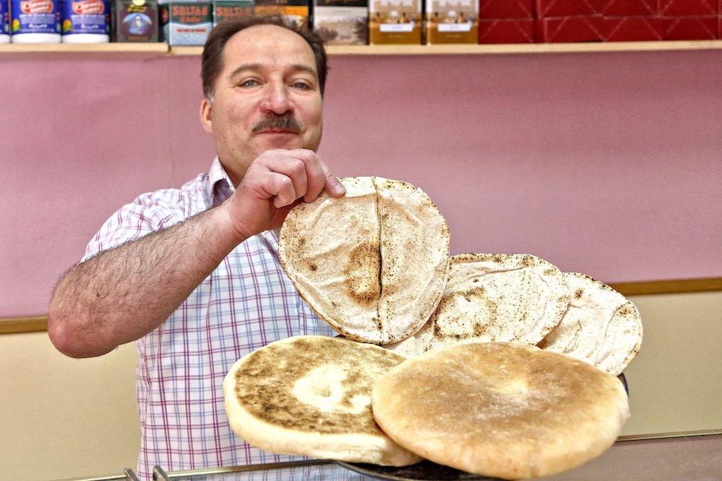 Pan de pita y batbut de Salamat. Foto: Roberto Ranero