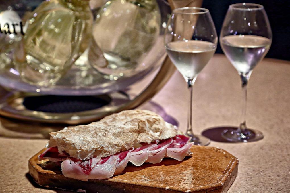 Bocadillo de Jamón y Champán, sobre la mesa. Foto: Roberto Ranero