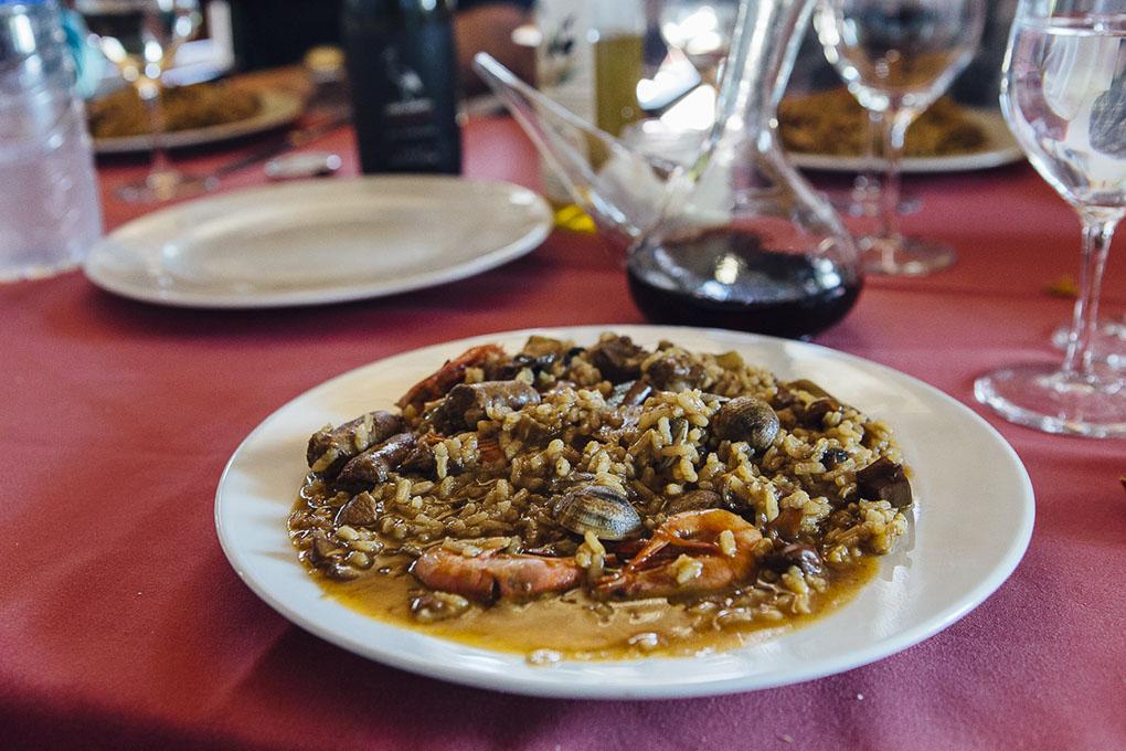 Pals (Bajo Ampurdán, Baix Empordà) - arroz en la mesa - Foto: César Cid