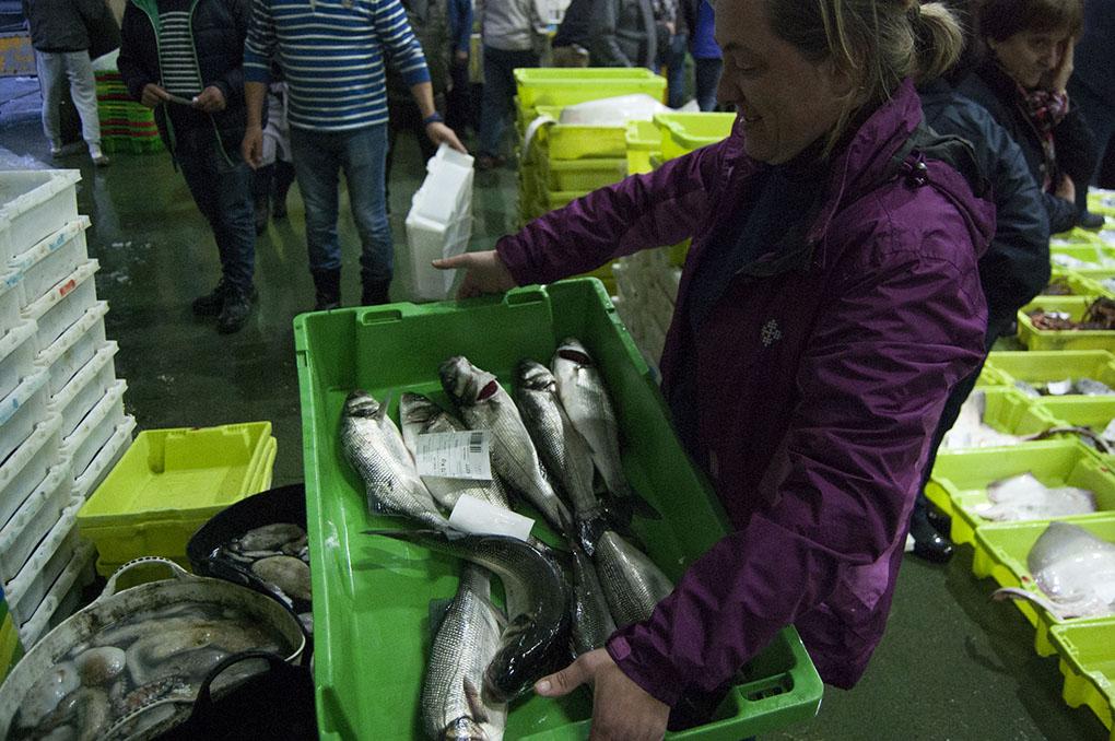 Lonja de Ribeira (A Coruña). Nati Tubío con una caja de pescado. Foto: Clara Vilar