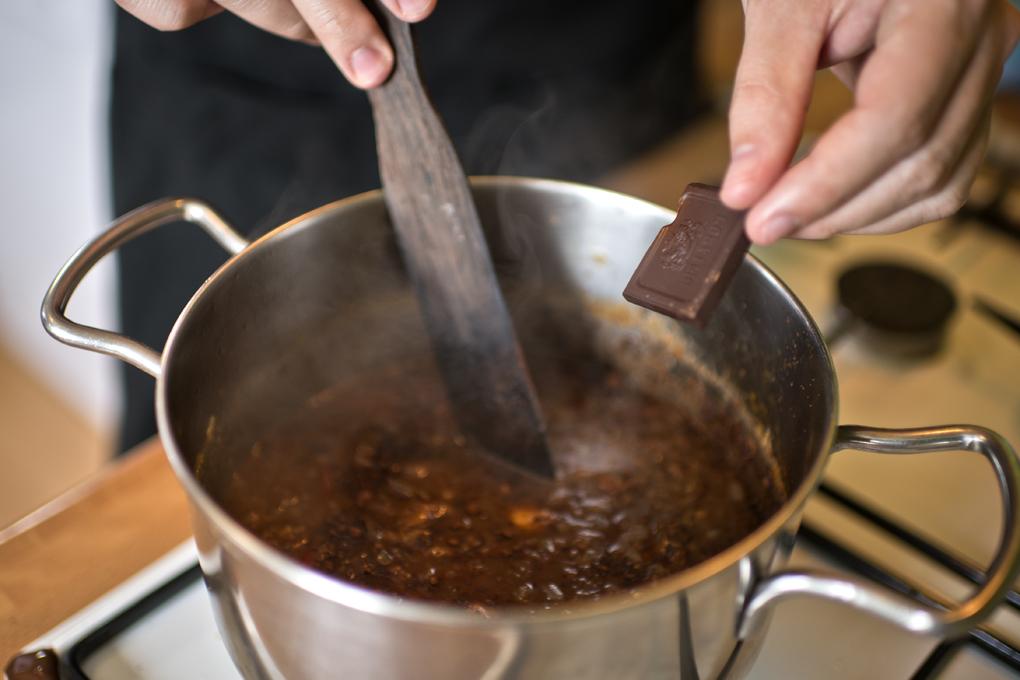 Hoy cocinan ellos: Presa ibérica con chocolate - echando chocolate. Foto: Sofía Moro