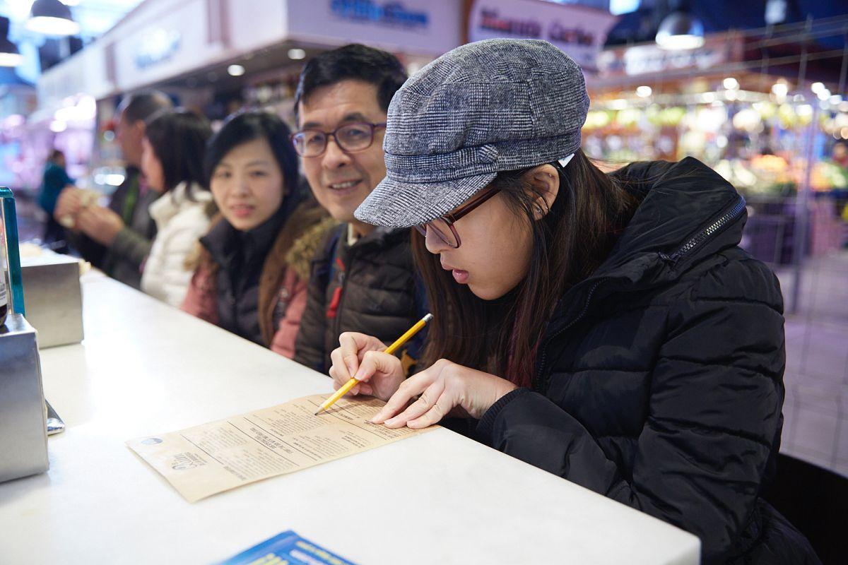 Unos japoneses mirando la carta. Foto: Xavier Torres-Bacchetta