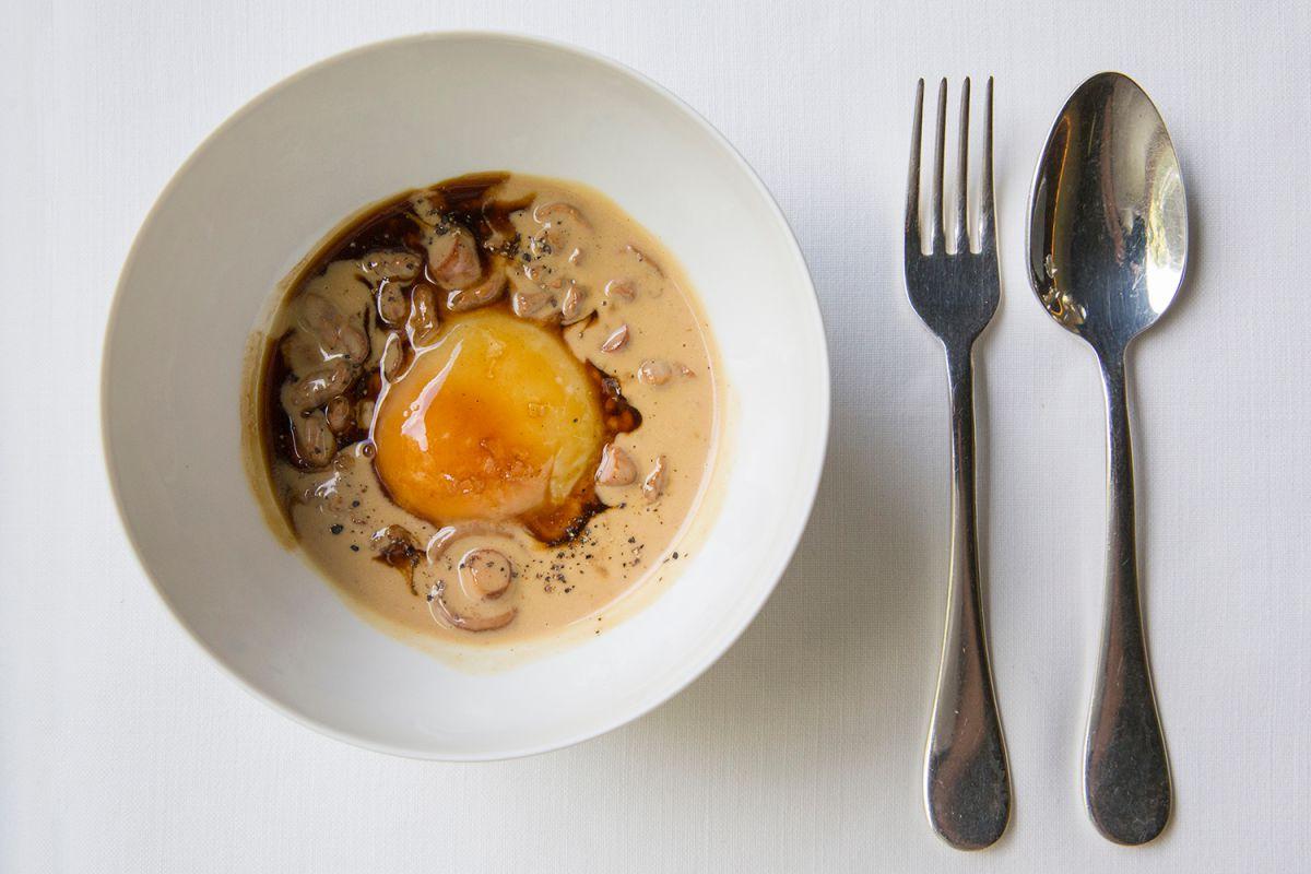 El huevo fresco del día, un plato para celebrarlo. Foto: Kristin Block