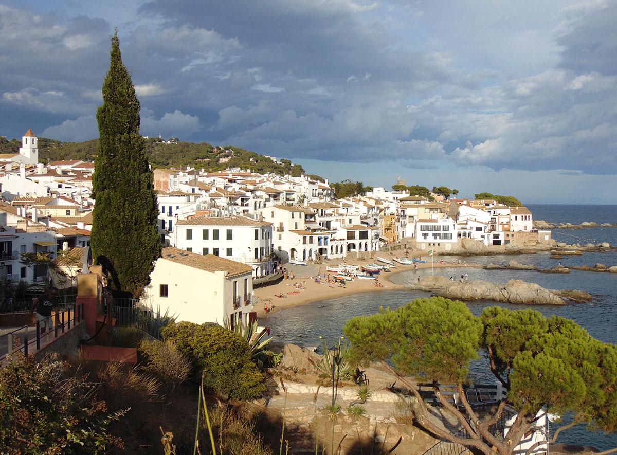 Camino de Ronda (Costa Brava): vista de la playa de Calella. Foto: Anna Otero