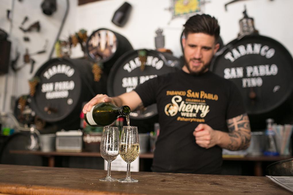 Samuel sirviendo vino