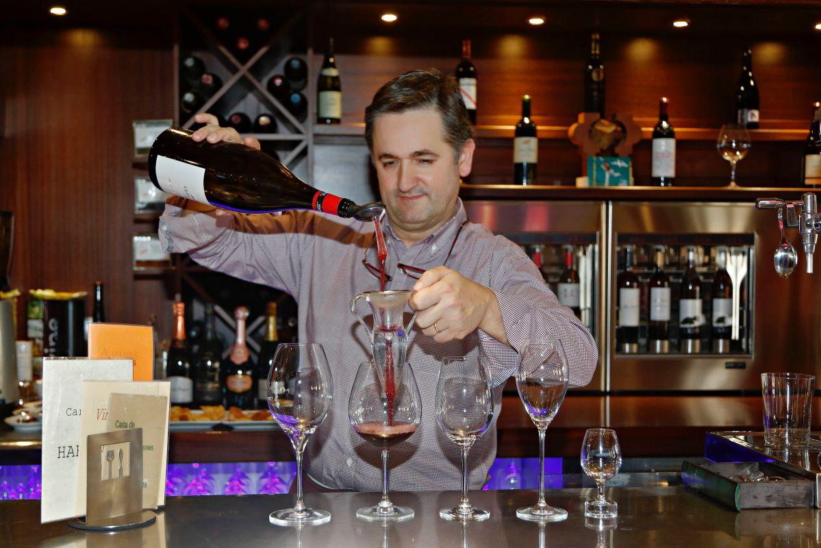 Iñaki con sus vinos. Foto: Roberto Ranero