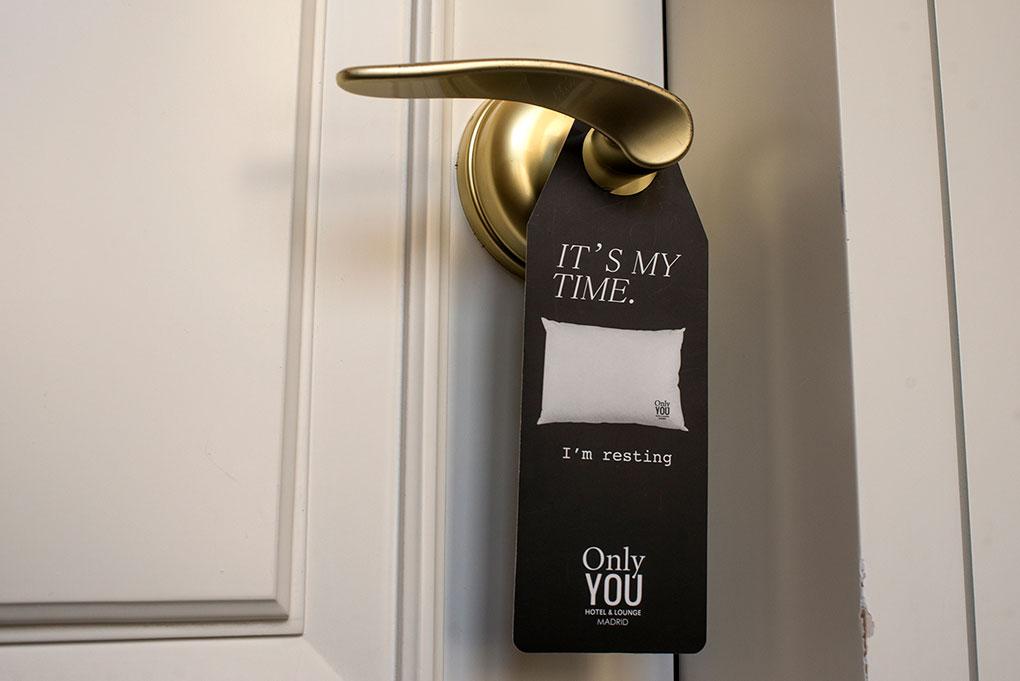 cartel de 'no molestar' colgado de la puerta de la habitación
