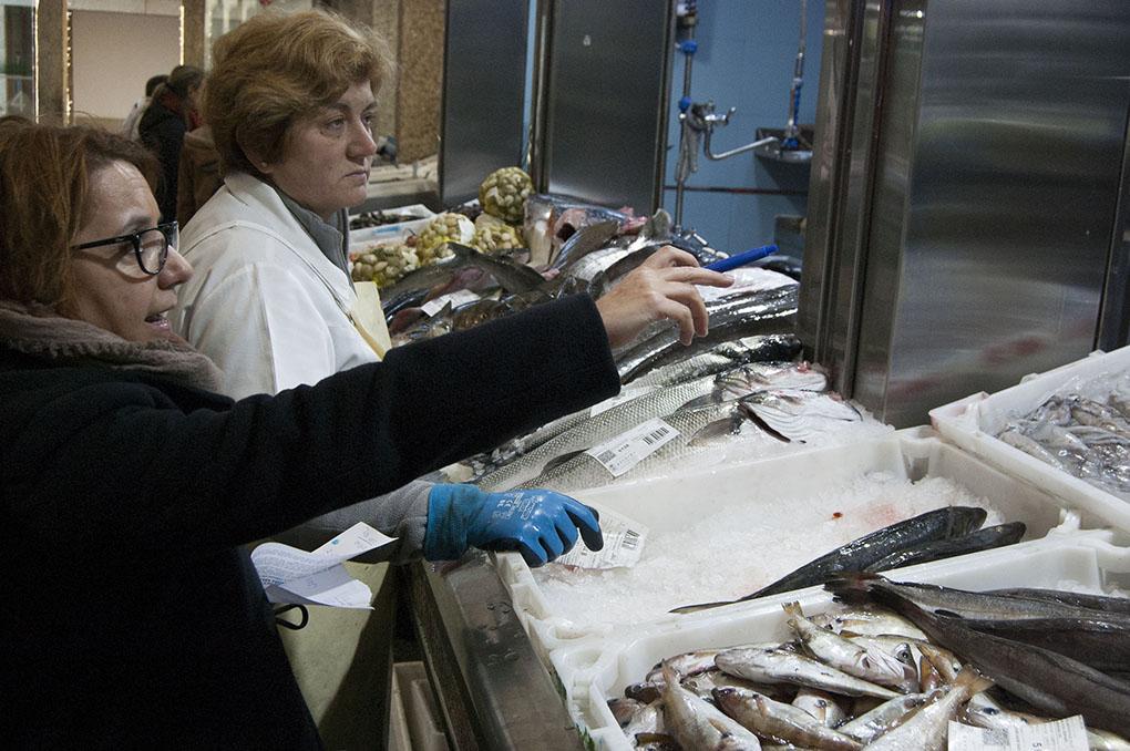 Mercado de Abastos (A Coruña). Marta compra mariscos y pescados para terceros. Foto: Clara Vilar