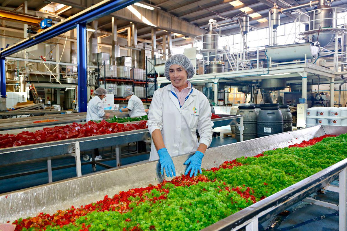 Frutas confitadas 'Francisco Moreno' (Calahorra). Pilar frente a la fruta confitada. Foto: Roberto Ranero