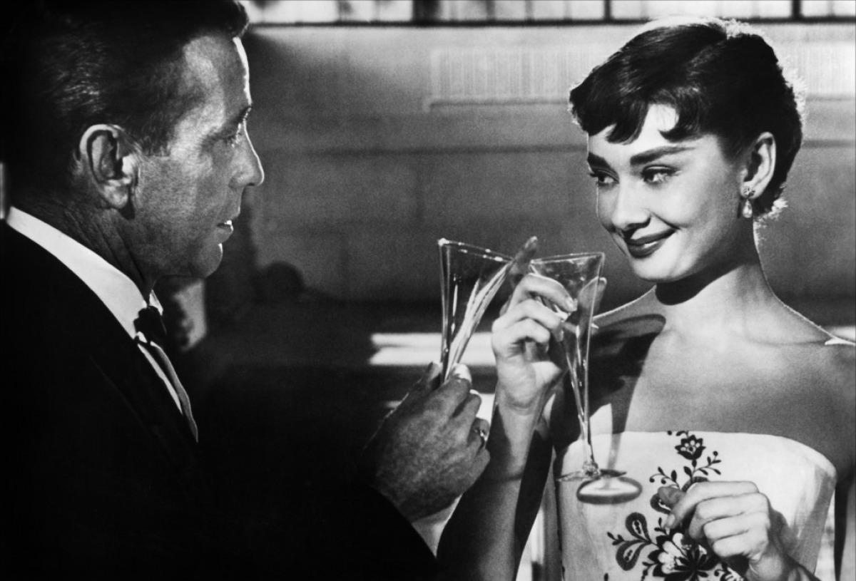 Sabrina bebiendo champagne