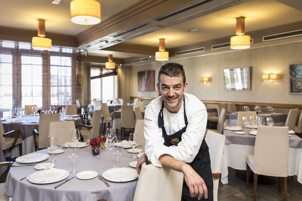 Héctor López en su restaurante