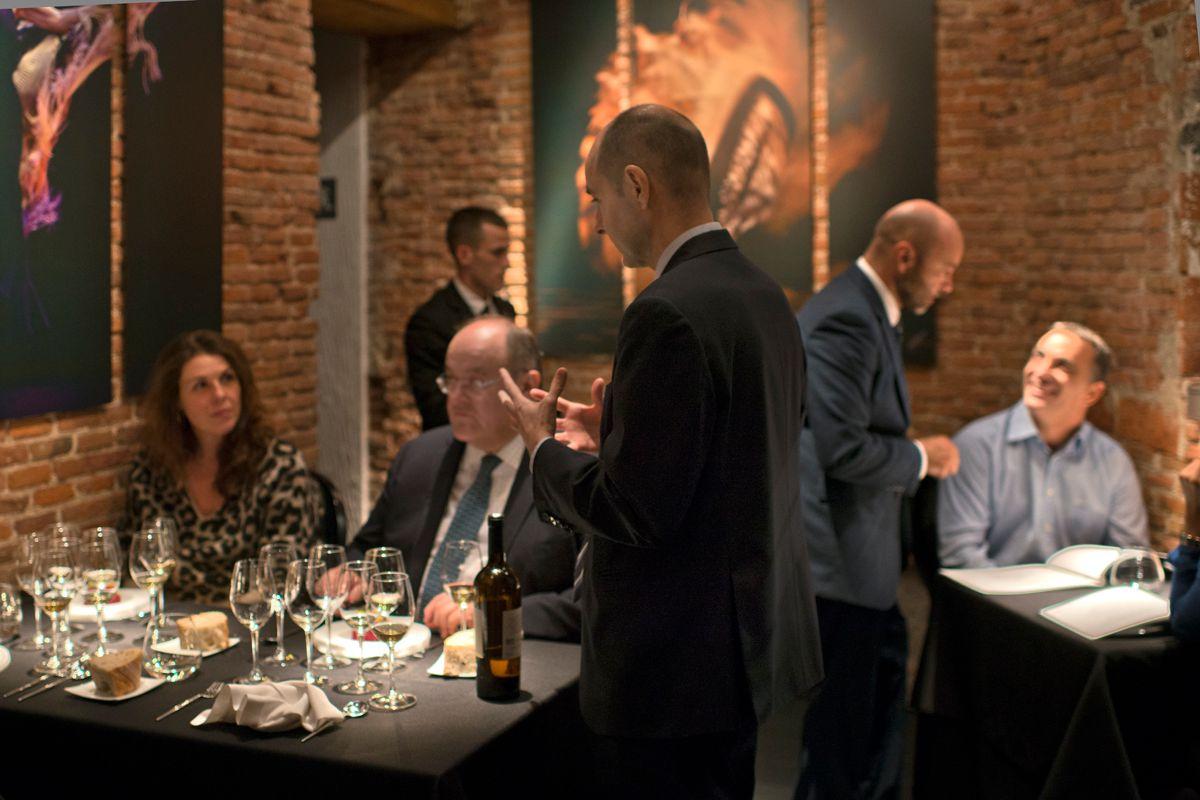 El experto en vinos, Juan de Rey, en la sala. Foto: Sofía Moro