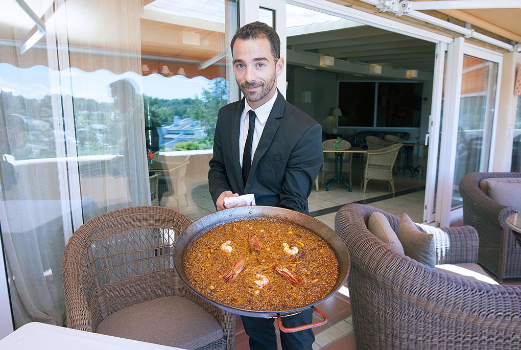 Hotel El Rodat (Jávea) - camarero con paella - Foto: Rafa Molina