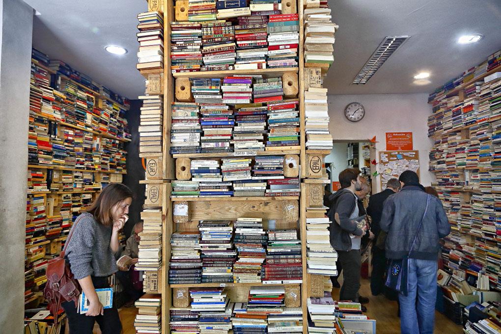 Librerías de Madrid: Estanterías repletas de libros de TuuuLibrería. Foto: Roberto Ranero
